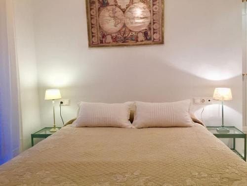 A bed or beds in a room at Cosy & Central Apartment