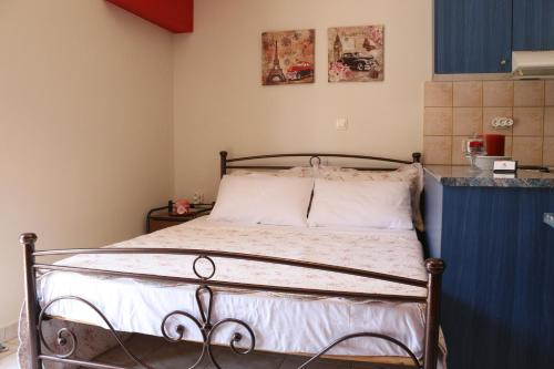 A bed or beds in a room at Colourful apartments (Red passion)