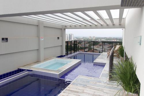 The swimming pool at or near Flat no centro da cidade