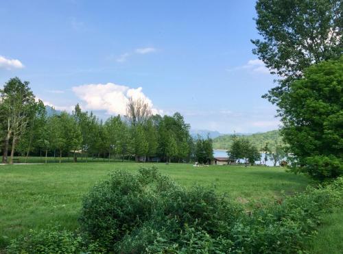 Градина пред casa accogliente vista lago