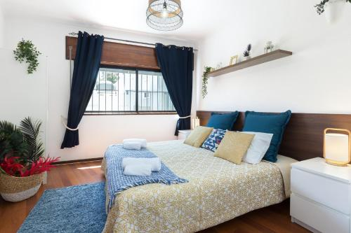 A bed or beds in a room at 2 Comfy Bright Flats with Netflix