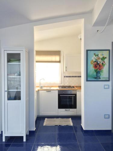A kitchen or kitchenette at Rosso&Blu Sunny Apartments