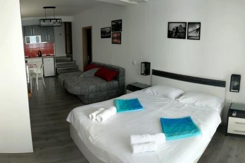 A bed or beds in a room at Golden Sunset Apartments
