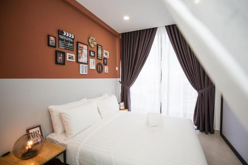 A bed or beds in a room at Flexus Signature by Luxury Suites Asia