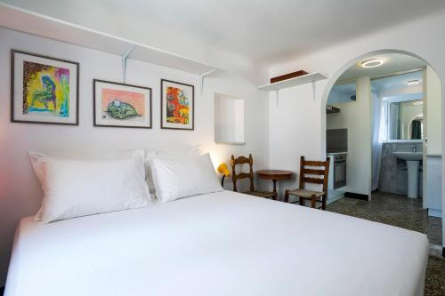 A bed or beds in a room at Boutique Athens Apartment EP9T