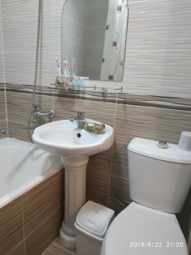 "A bathroom at Apart hotel ""Chinar"""