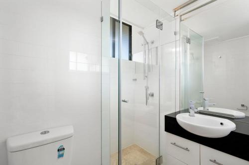 A bathroom at Capricorn One, Surfers Paradise