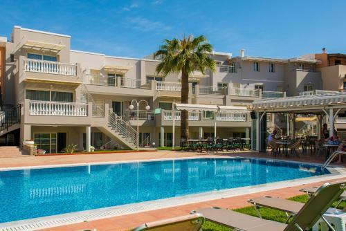 Πισίνα στο ή κοντά στο Sarpidon Apartments