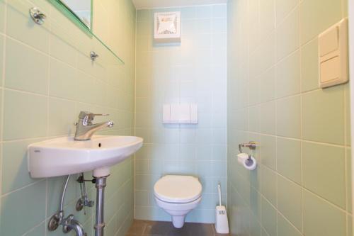 A bathroom at Karmeliter Flat