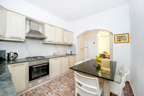 A kitchen or kitchenette at Seabreeze Townhouse