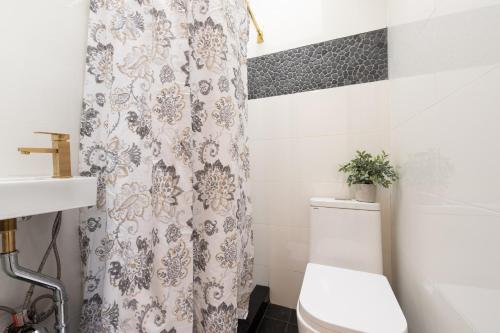 A bathroom at Aurora's Hideway #1