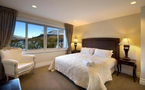 A bed or beds in a room at Esplanade Queenstown