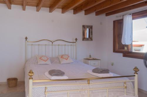 A bed or beds in a room at Manos House in Chora
