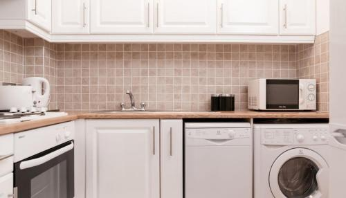 A kitchen or kitchenette at Amberley House by theKeyCollections