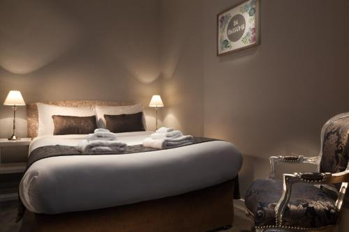 A bed or beds in a room at City Studios & Apartments Dublin
