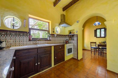 A kitchen or kitchenette at Villa Sa Coloma