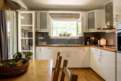 Η κουζίνα ή μικρή κουζίνα στο Linea