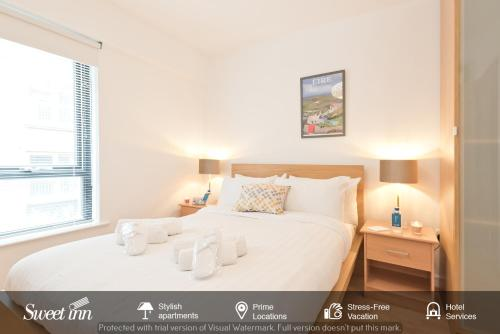 A bed or beds in a room at Sweet Inn - Elegant Temple Bar