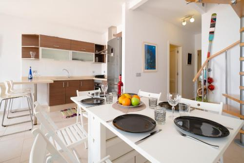 A kitchen or kitchenette at APARTAMENTO LOS REMOS DE LA GRACIOSA