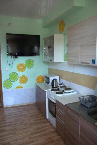 Кухня или мини-кухня в Hostel V Okrug Sveta (Center)