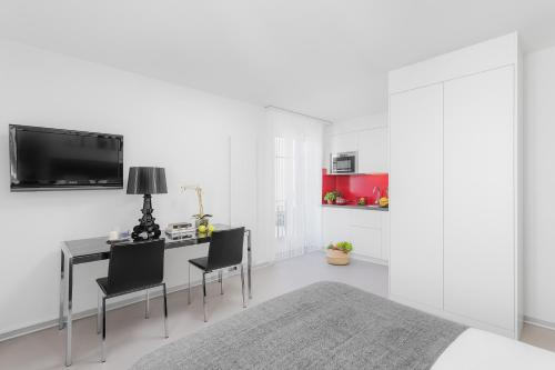 A television and/or entertainment center at VISIONAPARTMENTS Zurich Cramerstrasse