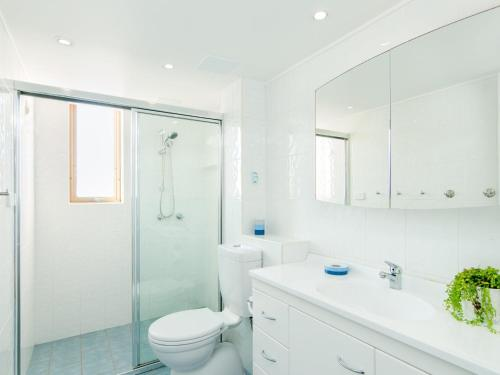 A bathroom at Forster Towers 51