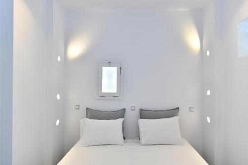 A bed or beds in a room at Lorenzo Studios