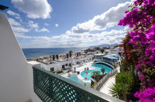 Výhľad na bazén v ubytovaní Apartamentos Moraña alebo v jeho blízkosti
