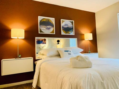 A bed or beds in a room at Luxury Rentals at Texas Medical Center