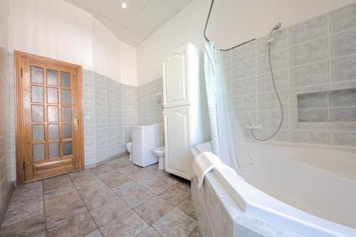 A bathroom at Olga Apartments on Maidan Nezalezhnosti Square