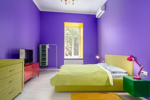 Кровать или кровати в номере New bright colorful three-room apartment on Nevsky Prospect 105