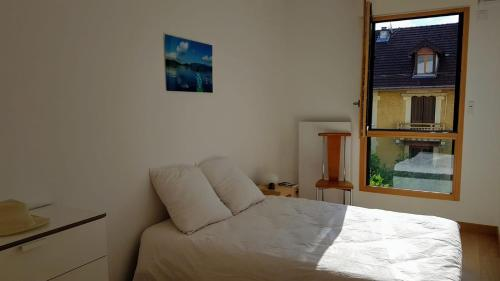 A bed or beds in a room at La Canopée Annecy centre