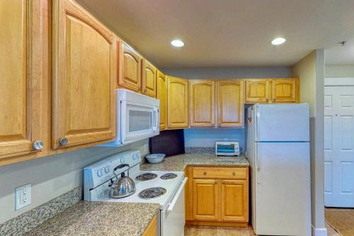 A kitchen or kitchenette at Top Floor - All The Views - 2 Bed 2 Bath Apartment in Westport