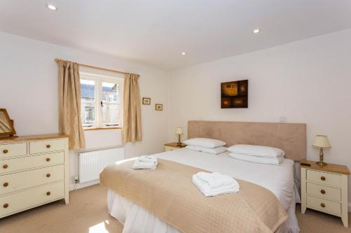 A bed or beds in a room at Classic Cotswolds Home near Littleworth