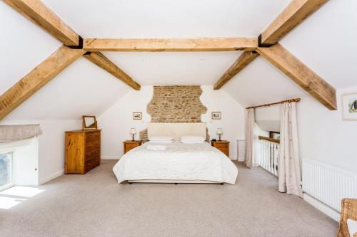 A bed or beds in a room at Traditional Family Barn Conversion near Faringdon