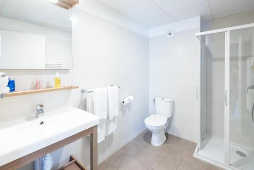 A bathroom at Zenitude Hôtel-Résidences Narbonne Centre