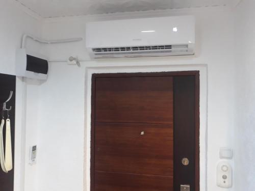 TV at/o entertainment center sa Apartment Ada Kaleh