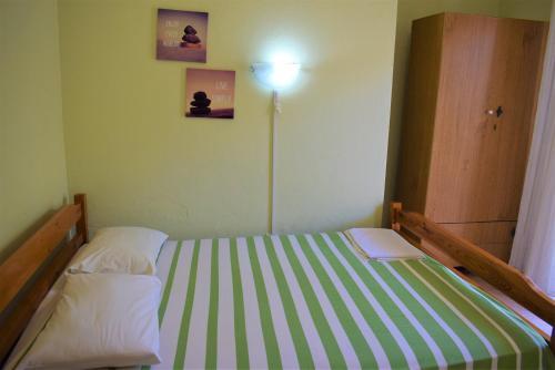 Een bed of bedden in een kamer bij Apartments Pantazis