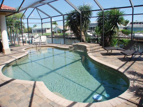 Der Swimmingpool an oder in der Nähe von Waterfront Villa ID5218