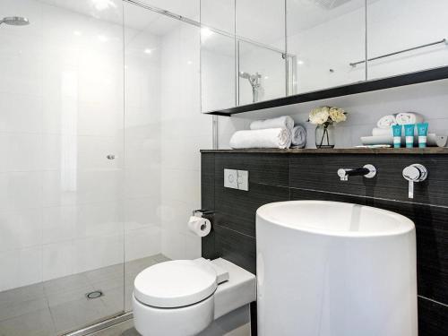 A bathroom at Luxury 2 Bedroom in heart of Broadbeach