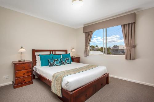 A bed or beds in a room at Comfort Apartments South Perth