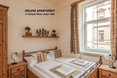 Ένα ή περισσότερα κρεβάτια σε δωμάτιο στο Kodaly Apartments