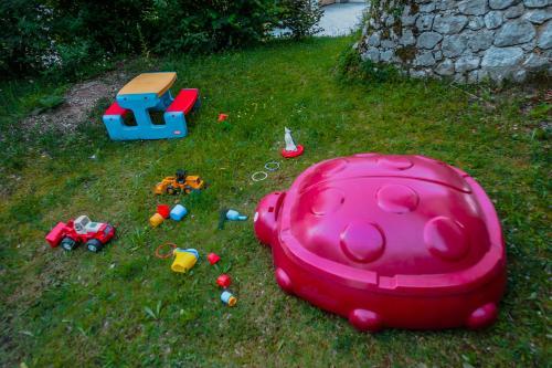 Otroško igrišče poleg nastanitve Dedkova hiša/Grandpa's House