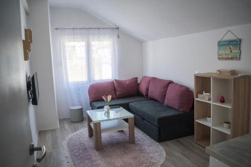 A seating area at Apartments Golden Bridge