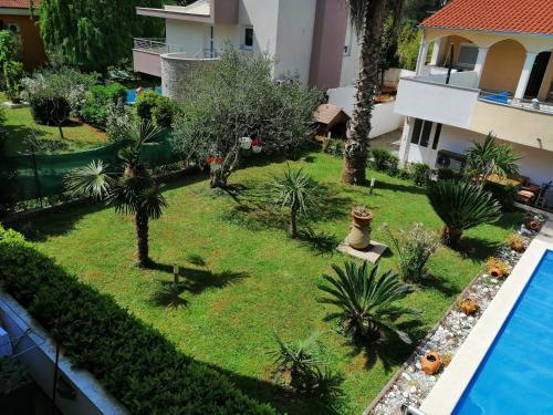 Uma vista do jardim em Villa Vanilla ou nos arredores
