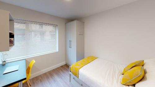 A bed or beds in a room at ScholarLee Magazine Road