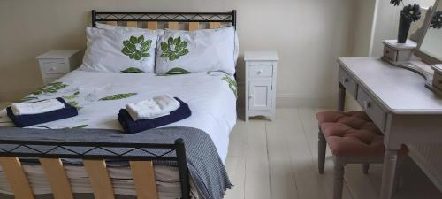 A bed or beds in a room at charming two bedroom flat