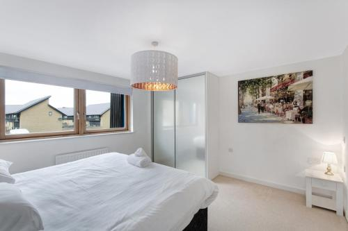 A bed or beds in a room at Valentis Contractor Apartments Harlow / Stansted Airport