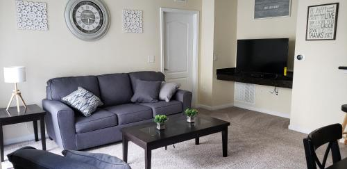 A seating area at Cane Island Luxury Condo