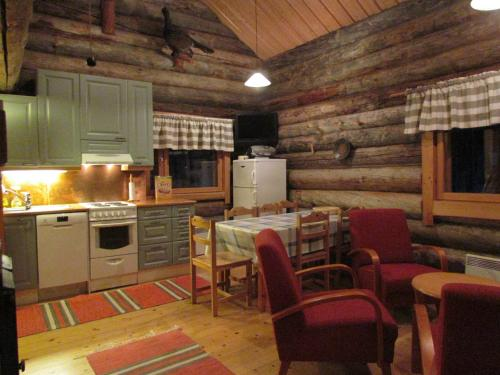 A kitchen or kitchenette at Ukonloma Cottages